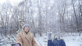 οδηγώντας χειμώνας ελκήθρων διασκέδασης Ευτυχείς μητέρα και γιος που ρίχνουν το χιόνι στον αέρα στο χειμερινό δάσος ή το πάρκο φιλμ μικρού μήκους