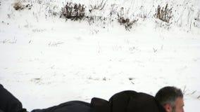 οδηγώντας χειμώνας ελκήθρων διασκέδασης Πατινάζ από τα χιονώδη βουνά απόθεμα βίντεο