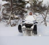 Οδηγώντας όχημα για το χιόνι ατόμων και άλμα στο χιόνι, τετραγωνική εικόνα Στοκ Φωτογραφία