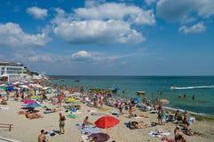ΟΔΗΣΣΟΣ, ΟΥΚΡΑΝΙΑ - 15 Αυγούστου 2015: Οι τουρίστες κάνουν ηλιοθεραπεία, κολυμπούν και ρ Στοκ Φωτογραφίες