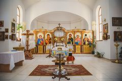 ΟΔΗΣΣΟΣ, ΟΥΚΡΑΝΙΑ - 1 ΜΑΐΟΥ 2015: Ουκρανική ορθόδοξη χριστιανική εκκλησία Προετοιμαμένος για το βάπτισμα στην εκκλησία, εσωτερική Στοκ εικόνες με δικαίωμα ελεύθερης χρήσης