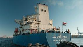 Οδησσός Ουκρανία 20 Οκτωβρίου 2018 Ναυτικοί σε ένα μεγάλο εμπορικό σκάφος που φέρει τη σημαία της Αιγύπτου Καπνός από την καπνοδό απόθεμα βίντεο