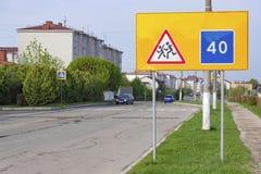 Οδικά σημάδια που προειδοποιούν για τα παιδιά και τη συνιστώμενη ταχύτητα Στοκ εικόνες με δικαίωμα ελεύθερης χρήσης