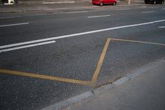 Οδικά σημάδια στην άσφαλτο στην κενή οδό Στοκ Εικόνες