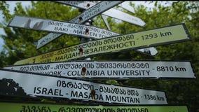 Οδικά σημάδια στις διάφορες γλώσσες σε Kutaisi Γεωργία, προορισμοί ταξιδιού, τουρισμός απόθεμα βίντεο