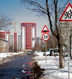 Οδικά σημάδια υπό μορφή περιορισμών ταχύτητας, που προειδοποιούν για τα παιδιά που βρίσκονται στο δρόμο ασφάλτου μπροστά από το ν Στοκ εικόνα με δικαίωμα ελεύθερης χρήσης