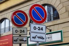Οδικά σημάδια χωρίς το χώρο στάθμευσης με την αφαίρεση του οχήματος Στοκ Εικόνες