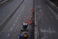 οδικές εργασίες εγκαταστάσεων τάφρων κατασκευής Άνθρωποι που εργάζονται στο δρόμο στοκ φωτογραφίες με δικαίωμα ελεύθερης χρήσης