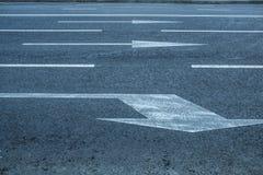 Οδικές πάροδοι με τα σημάδια βελών Στοκ Εικόνα