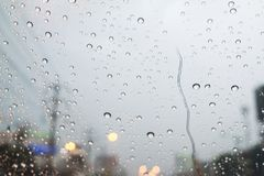 Οδική άποψη μέσω του παραθύρου αυτοκινήτων με τις σταγόνες βροχής Στοκ φωτογραφία με δικαίωμα ελεύθερης χρήσης