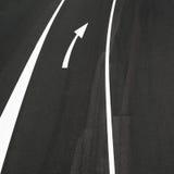 Οδική άσφαλτος, άσπρες γραμμές και σημάδι σωστών βελών Στοκ φωτογραφίες με δικαίωμα ελεύθερης χρήσης