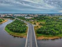 Οδική γέφυρα και δρόμος που οδηγούν στην πόλη Στοκ Φωτογραφία