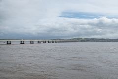 Οδική γέφυρα Tay που εκτείνεται μεταξύ του Dundee και του Νιούπορτ σε Tay στη στοκ εικόνα