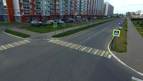 Οδική διατομή στην πόλη χωρίς αυτοκίνητα σκηνή Κενή διασταύρωση πόλεων στην περιοχή των νέων άνετων σπιτιών μέσα νωρίς φιλμ μικρού μήκους