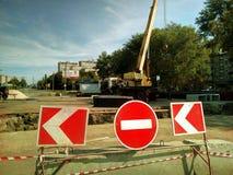 Οδική επισκευή στην οδό στην πόλη, κλειστός δρόμος για την αναδημιουργία, φράκτες, κόκκινο σημάδι στάσεων, ειδικός εξοπλισμός, κο Στοκ εικόνα με δικαίωμα ελεύθερης χρήσης