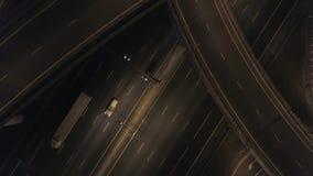 Οδική κυκλοφορία νύχτας στην ανταλλαγή αυτοκινητόδρομων 4k κεραία φιλμ μικρού μήκους