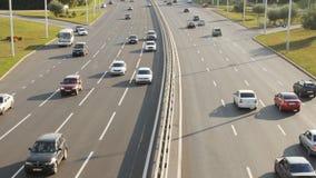 Οδική κυκλοφορία στην εθνική οδό στην πόλη στο ηλιοβασίλεμα απόθεμα βίντεο