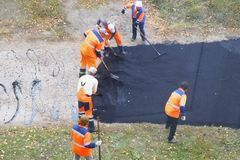 Οδική οδός που επισκευάζει τις εργασίες Εργάτες οικοδομών κατά τη διάρκεια του ασφαλτώνοντας δρόμου στοκ φωτογραφίες με δικαίωμα ελεύθερης χρήσης