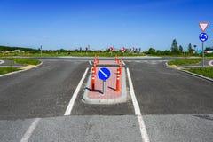 Οδική υποδομή και οδικά σημάδια πριν από τη διασταύρωση κυκλικής κυκλοφορίας στοκ εικόνες