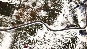 Οδικοί άνεμοι μέσω των λόφων που καλύπτονται με το χιόνι στοκ εικόνα με δικαίωμα ελεύθερης χρήσης