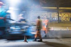 Οδικοί εργαζόμενοι που επισκευάζουν την παλαιά οδό στοκ εικόνες