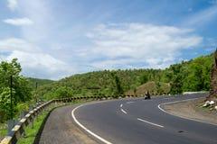 Οδικοί ουρανός και δάσος στοκ φωτογραφία με δικαίωμα ελεύθερης χρήσης