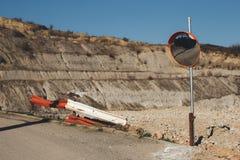 Οδικός καθρέφτης δίπλα σε ένα λατομείο πετρών στοκ εικόνες