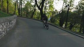 Οδικό κατέβασμα πάρκων οδήγησης ποδηλατών Μεμβρανοειδής ποδηλάτης στο ποδήλατο που πηγαίνει προς τα κάτω o φιλμ μικρού μήκους