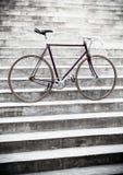 Οδικό ποδήλατο πόλεων στα σκαλοπάτια, εκλεκτής ποιότητας ύφος Στοκ φωτογραφία με δικαίωμα ελεύθερης χρήσης