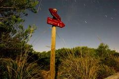 Οδικό σημάδι με τα ίχνη αστεριών νυχτερινού ουρανού Στοκ Φωτογραφία