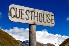Οδικό σημάδι πληροφοριών, δείκτης με την επιγραφή - guesthouse - στα βουνά Στοκ φωτογραφίες με δικαίωμα ελεύθερης χρήσης