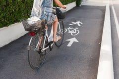 Οδικό σημάδι ποδηλάτων και βέλος ποδηλάτης Στοκ εικόνα με δικαίωμα ελεύθερης χρήσης