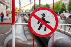 Οδικό σημάδι που απαγορεύει την κυκλοφορία των πεζών στοκ φωτογραφίες με δικαίωμα ελεύθερης χρήσης