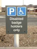 Οδικό σημάδι που χαρακτηρίζει τον κόλπο χώρων στάθμευσης για τους με ειδικές ανάγκες χρήστες του οδικού δικτύου μόνο στοκ φωτογραφία με δικαίωμα ελεύθερης χρήσης