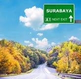 Οδικό σημάδι του SURABAYA ενάντια στο σαφή μπλε ουρανό στοκ εικόνα