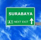 Οδικό σημάδι του SURABAYA ενάντια στο σαφή μπλε ουρανό στοκ φωτογραφία με δικαίωμα ελεύθερης χρήσης