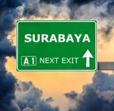 Οδικό σημάδι του SURABAYA ενάντια στο σαφή μπλε ουρανό στοκ φωτογραφία