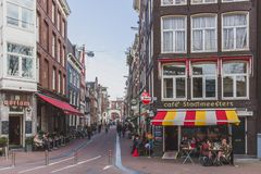 Οδοί με τις καφετερίες στο στο κέντρο της πόλης Άμστερνταμ στοκ φωτογραφία με δικαίωμα ελεύθερης χρήσης