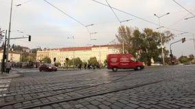 Οδοί μιας σύγχρονης πόλης, μιας αστικής κυκλοφορίας, μιας οδού της σύγχρονης Πράγας, των τραμ και των αυτοκινήτων στο τετράγωνο,  απόθεμα βίντεο