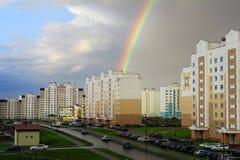Οδοί πόλεων μετά από τη βροχή Ουράνιο τόξο Στοκ εικόνες με δικαίωμα ελεύθερης χρήσης