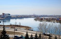 Οδοί πόλεων του Ιρκούτσκ και ποταμός Angara Τοπ άποψη από τον πύργο κουδουνιών της εκκλησίας μονών καλογραιών Znamensky Στοκ Εικόνες