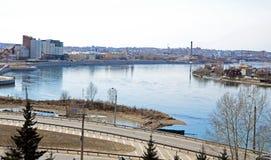 Οδοί πόλεων του Ιρκούτσκ και ποταμός Angara Τοπ άποψη από τον πύργο κουδουνιών της εκκλησίας μονών καλογραιών Znamensky Στοκ εικόνες με δικαίωμα ελεύθερης χρήσης