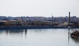 Οδοί πόλεων του Ιρκούτσκ και ποταμός Angara Τοπ άποψη από τον πύργο κουδουνιών της εκκλησίας μονών καλογραιών Znamensky Στοκ φωτογραφίες με δικαίωμα ελεύθερης χρήσης