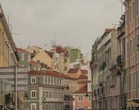 Οδοί της Λισσαβώνας - παραδοσιακά σπίτια και νεφελώδεις ουρανοί στοκ φωτογραφία με δικαίωμα ελεύθερης χρήσης