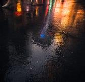 Οδοί NYC μετά από τη βροχή με τις αντανακλάσεις στην υγρή άσφαλτο Στοκ φωτογραφία με δικαίωμα ελεύθερης χρήσης