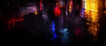 Οδοί NYC μετά από τη βροχή με τις αντανακλάσεις στην υγρή άσφαλτο Στοκ Φωτογραφία