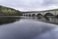 Οδογέφυρα δεξαμενών Ladybower στη μέγιστη περιοχή, UK στοκ εικόνα με δικαίωμα ελεύθερης χρήσης
