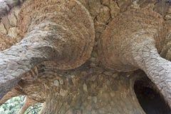 Οδογέφυρα και στυλοβάτες φιαγμένοι από βράχους στο πάρκο Guell - Στοκ Φωτογραφίες
