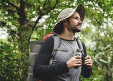 Οδοιπορία ατόμων σε ένα δάσος στοκ εικόνες