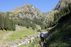 Οδοιπορία ατόμων στα βουνά στοκ φωτογραφίες με δικαίωμα ελεύθερης χρήσης